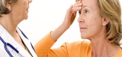 Использование препаратов для заместительной гормональной терапии, вероятно, повысит риск того, что пожилые женщины станут глухими, предупреждает исследование. Заместительная гормональная терапия — это лечение эстрогенами, женским половым гормоном, с целью облегчения симптомов менопаузы, таких как приливы и вагинальная сухость, а иногда и состояния, такие как остеопороз — состояние, при котором кости становятся слабыми и хрупкими. Предыдущие исследования показали, что менопауза может увеличить риск потери слуха из-за снижения уровня эстрогенов. «Многие факторы способствуют приобретенной потере слуха, включая возраст, генетику, шум, медицинские условия, факторы питания и образа жизни. Наши исследования сосредоточены на выявлении предотвратимых факторов потери слуха », — цитирует слова express.co.uk ведущий автор Шарон Керхан в Бригаме и Женская больница в Массачусетсе. «Хотя роль половых гормонов в слухе сложна и не полностью понята, эти данные показывают, что женщины, которые подвергаются естественной менопаузе в более старшем возрасте, могут иметь более высокий риск», — добавила она. Для исследования, подробно описанного в журнале Menopause, команда изучила независимые связи между статусом менопаузы, пероральной гормональной терапией и риском самоотчетной потери слуха у 80 972 женщин. Результаты показали, что 23% участников страдали потерей слуха. Гормональная терапия для женщин в менопаузе Не было обнаружено существенной общей связи между статусом менопаузы и риском потери слуха, хотя более высокий риск был связан со старшим возрастом при естественной менопаузе. Кроме того, было установлено, что риск увеличился, что более длинные женщины принимали наркотики. Эти данные свидетельствуют о том, что слуховое здоровье может быть предметом рассмотрения для женщин при оценке рисков и преимуществ гормональной терапии, считают исследователи.